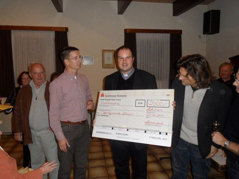"""v.l.n.r.: Christoph Stoffel (1. Vorsitzender Lehmensart, Sänger bei """"Halbtrocken"""", Dechant Jörg Schuh, Martin Ibald (Sänger bei """"Halbtrocken"""")"""